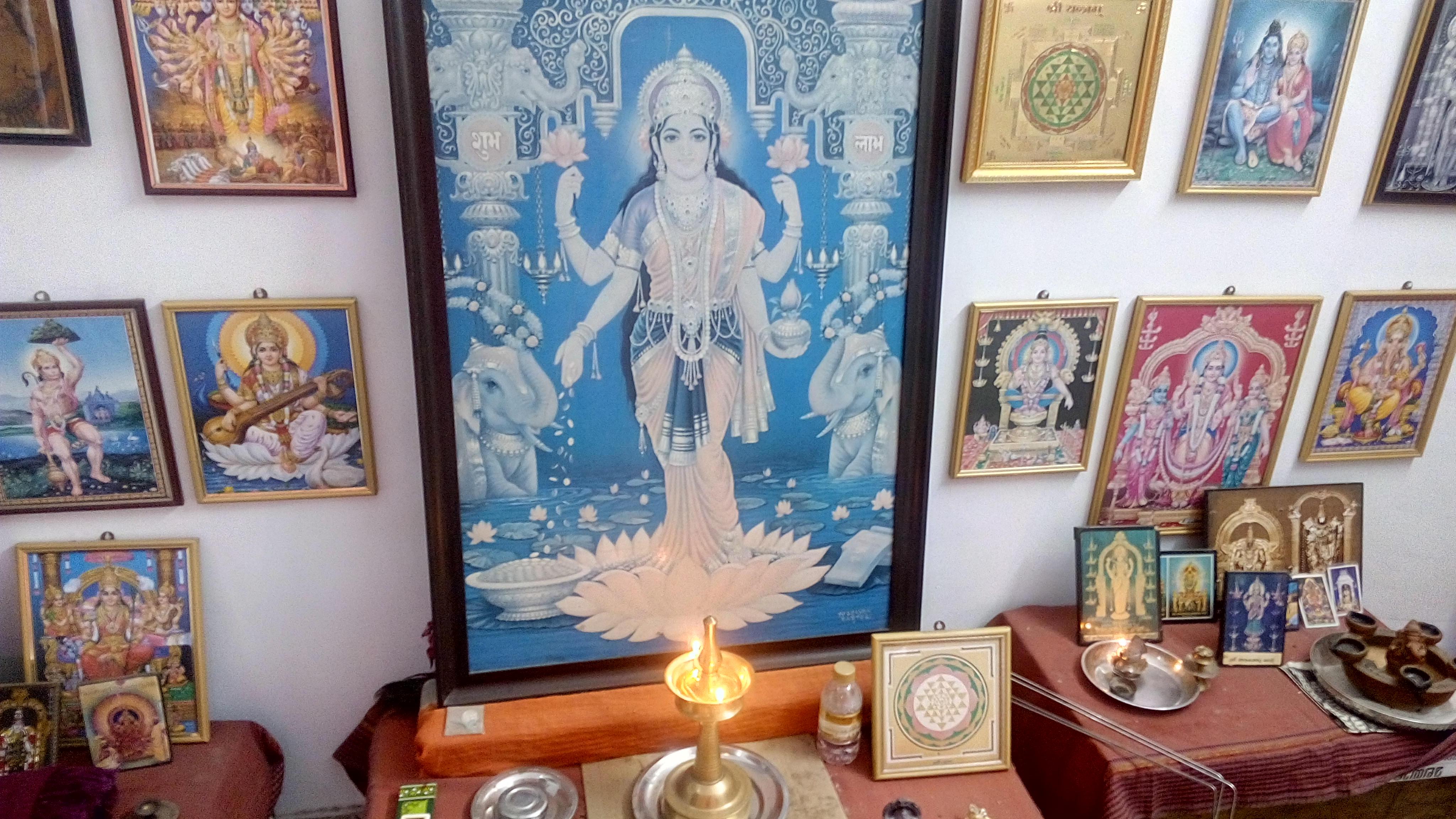 Jak się modlą Hindusi . Każdy Indyjski dom posiada mały pokój do modlitwy